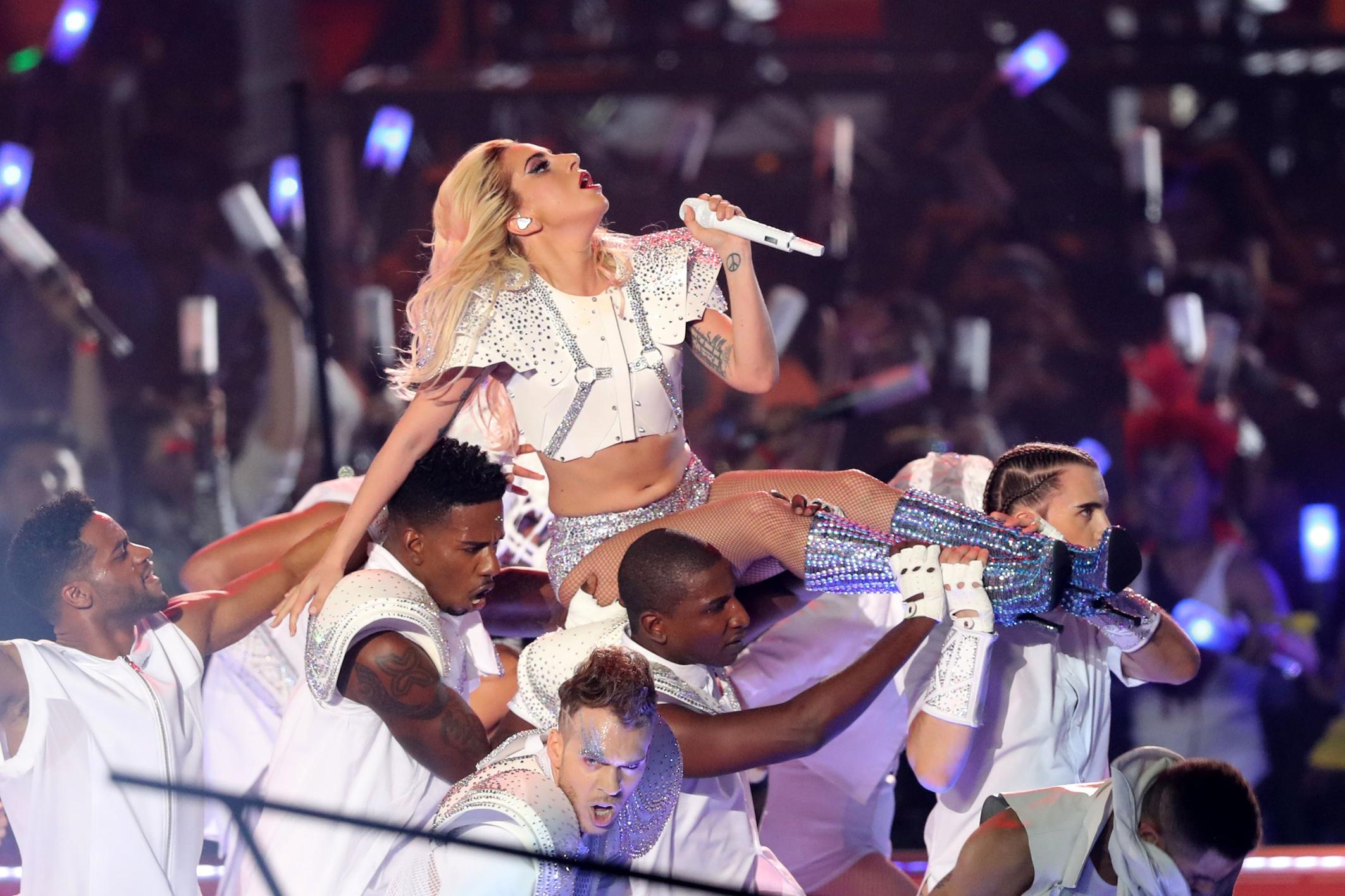 BAH! Lady Gaga gebodyshamed tijdens Superbowl: 'Te dik voor topje'