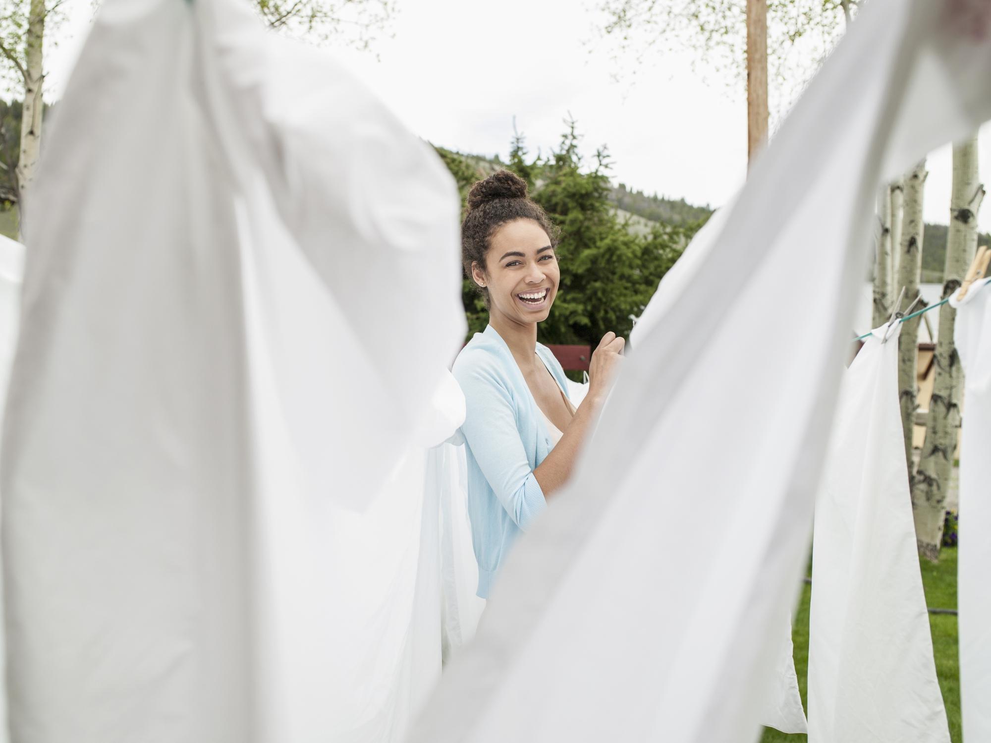 Handig: zo verwijder je gelige zweetvlekken uit witte kleding