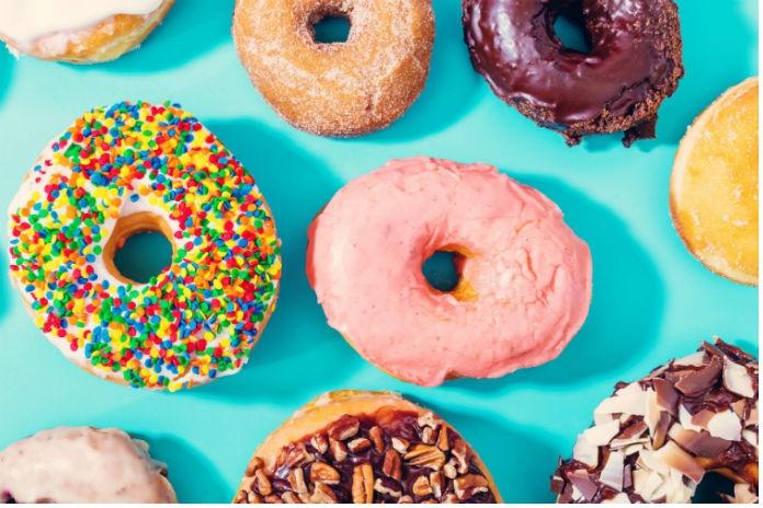 Nieuwe trend: koffie drinken uit een donut