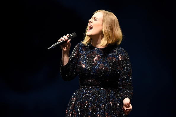 Video: Kippenvel! Heel Glastonbury zingt mee met Adele