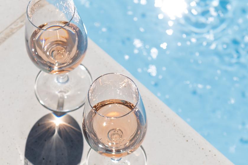 Glaasje wijn in het zwembad of aan het strand? Geen probleem met deze drijfbare wijnglazen
