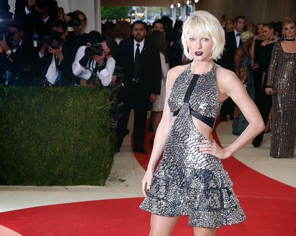 Dream wedding: Taylor Swift verrast mega fan op bruiloft
