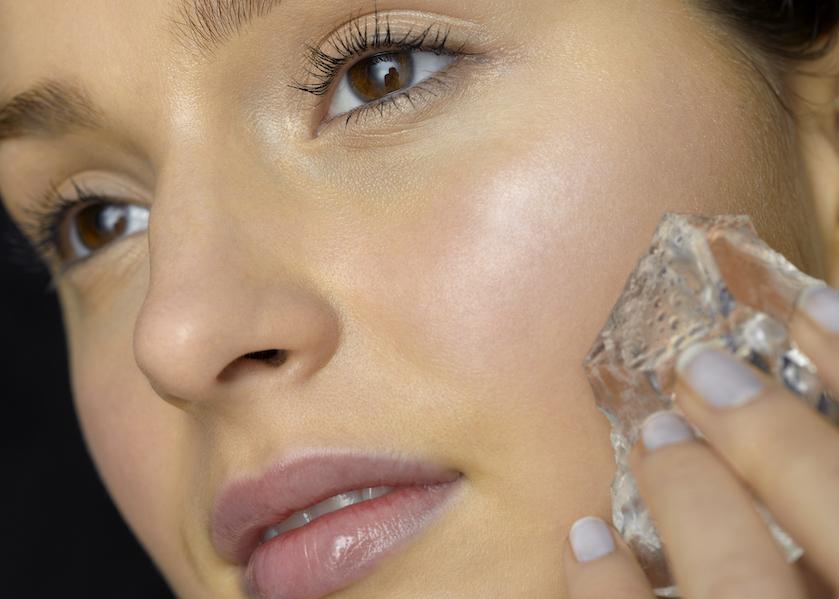 Skin icing: de nieuwste trend om pukkels te verwijderen is met een ijsklont