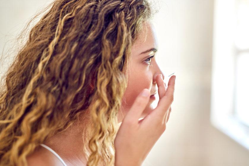 Optometrist waarschuwt: doe nooit contactlenzen in ná je make-up