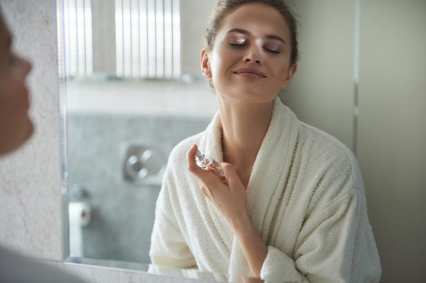 Geloof ons, wil je niet: dit is waarom je parfum nooit in je haar moet spuiten