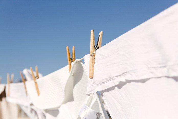 Huishoudvraag: 'Wat kun je doen tegen deodorantvlekken in witte t-shirts?'