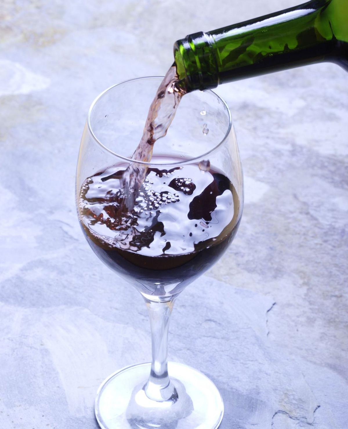 Wijn inschenken zonder te morsen