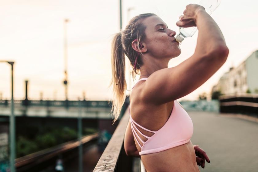*Grabs glass of water*: dít is wat er met je lichaam gebeurt als je drie liter water per dag drinkt