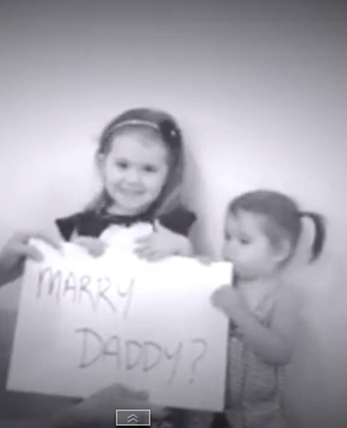 Zusjes helpen papa met huwelijksaanzoek