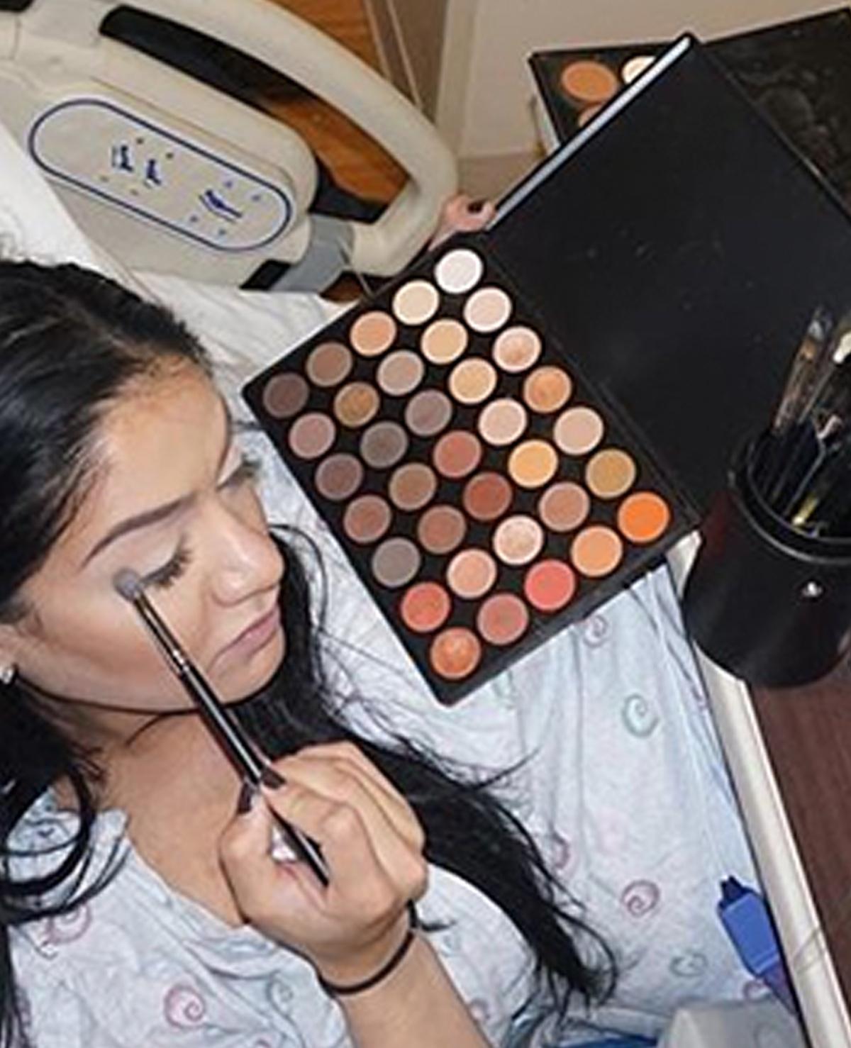 BIZAR: deze beautyblogger doet haar make-up tijdens de bevalling