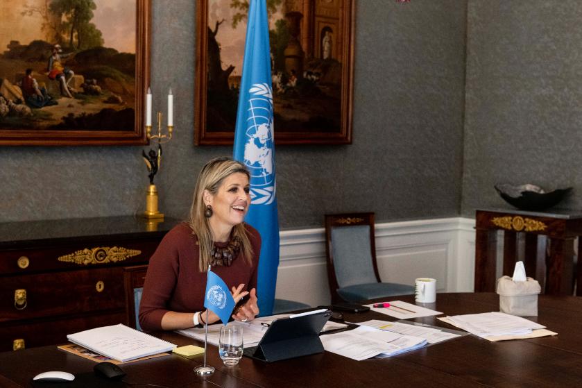Opvallend: koningin Máxima op blote voeten tijdens online vergadering