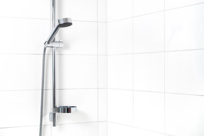 Badkamertegels schoonmaken: zo pak je het grondig aan