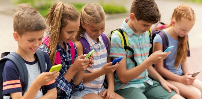 Geniaal: vader ontwikkelt app die telefoon van kind bevriest tot hij reageert op zijn bericht