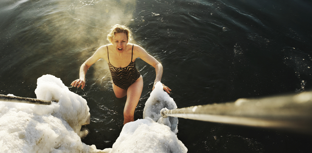 Een duik in ijskoud natuurwater: dit doet het voor je lichaam
