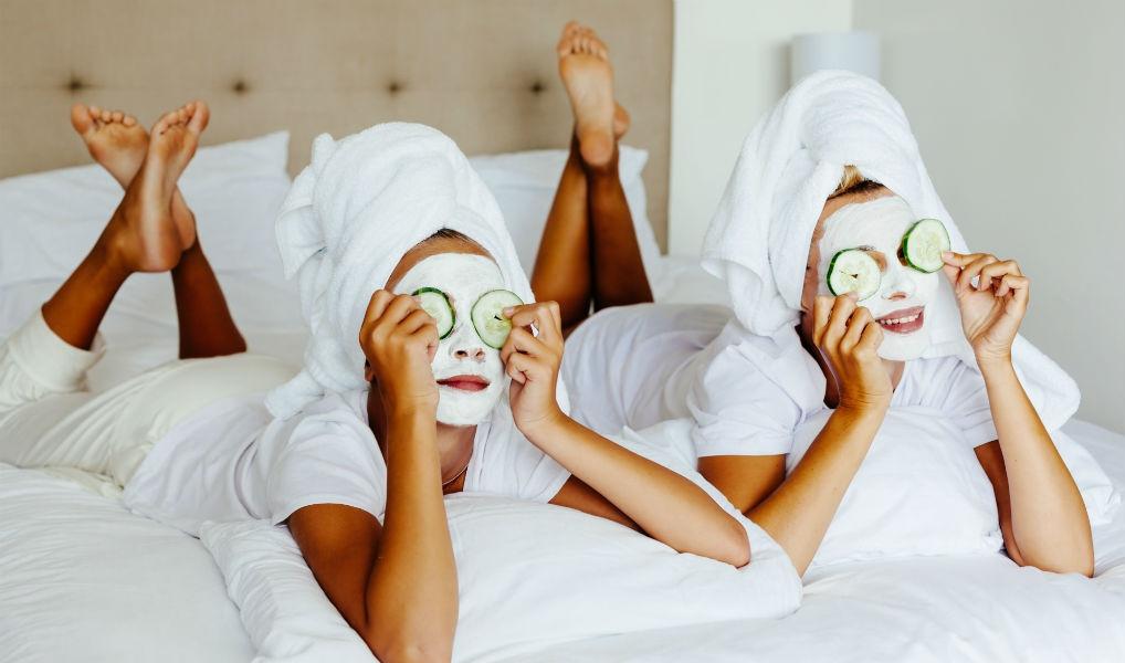 Dit is waarom je een gezichtsmasker nooit te lang moet laten zitten