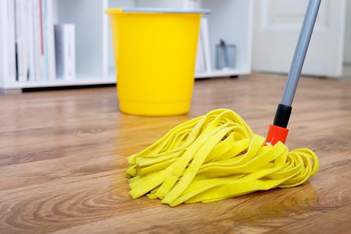 Huishoudvraag: 'Hoe kun je laminaat het beste dweilen zonder dat er strepen achter blijven?'