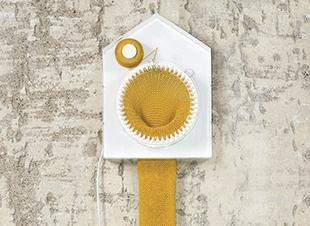 Deze klok breidt een sjaal