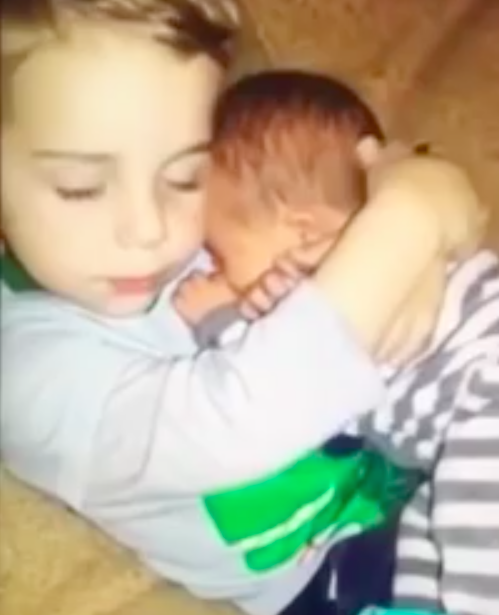 Grote broer wil baby niet teruggeven aan mama