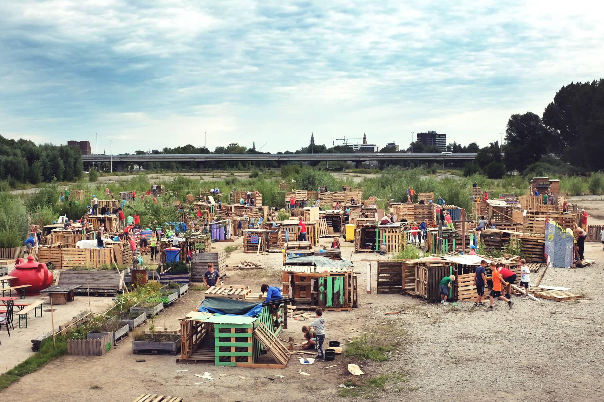 Zien: Deze kinderen bouwden een heel dorp in 4 dagen en het ziet er ge-wel-dig uit!