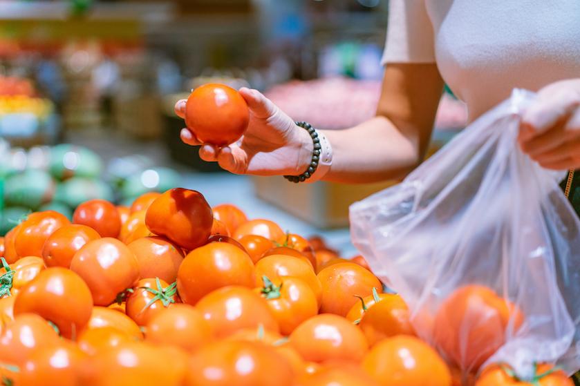 Groen nieuws! Supermarkten vervangen plastic zakjes op groenteafdeling, alleen déze week gratis alternatief
