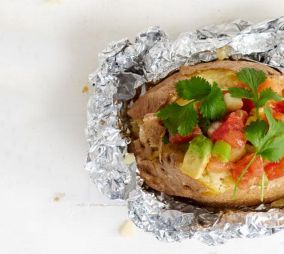 Lekker op de barbecue: gepofte aardappel met tomatensalsa en avocado