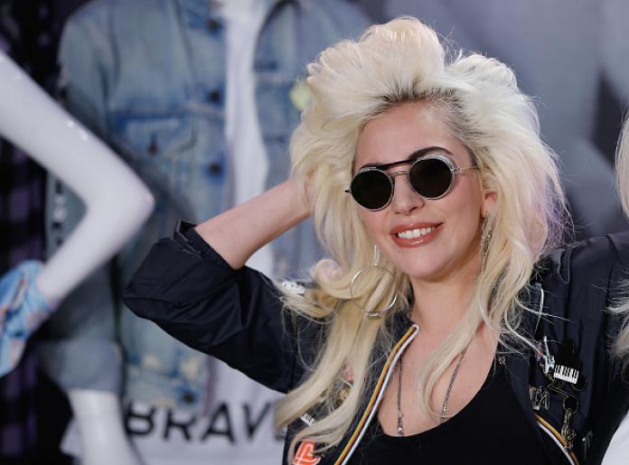 Lady Gaga haalt trots haar rijbewijs!