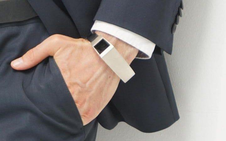 WOW: Met deze armband kunnen vaders hun ongeboren kind ook voelen schoppen