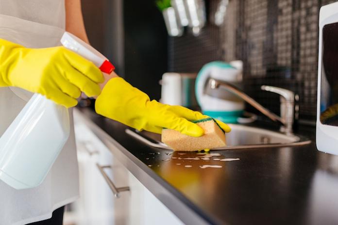 7 verrassende en eenvoudige schoonmaakhacks voor in de keuken