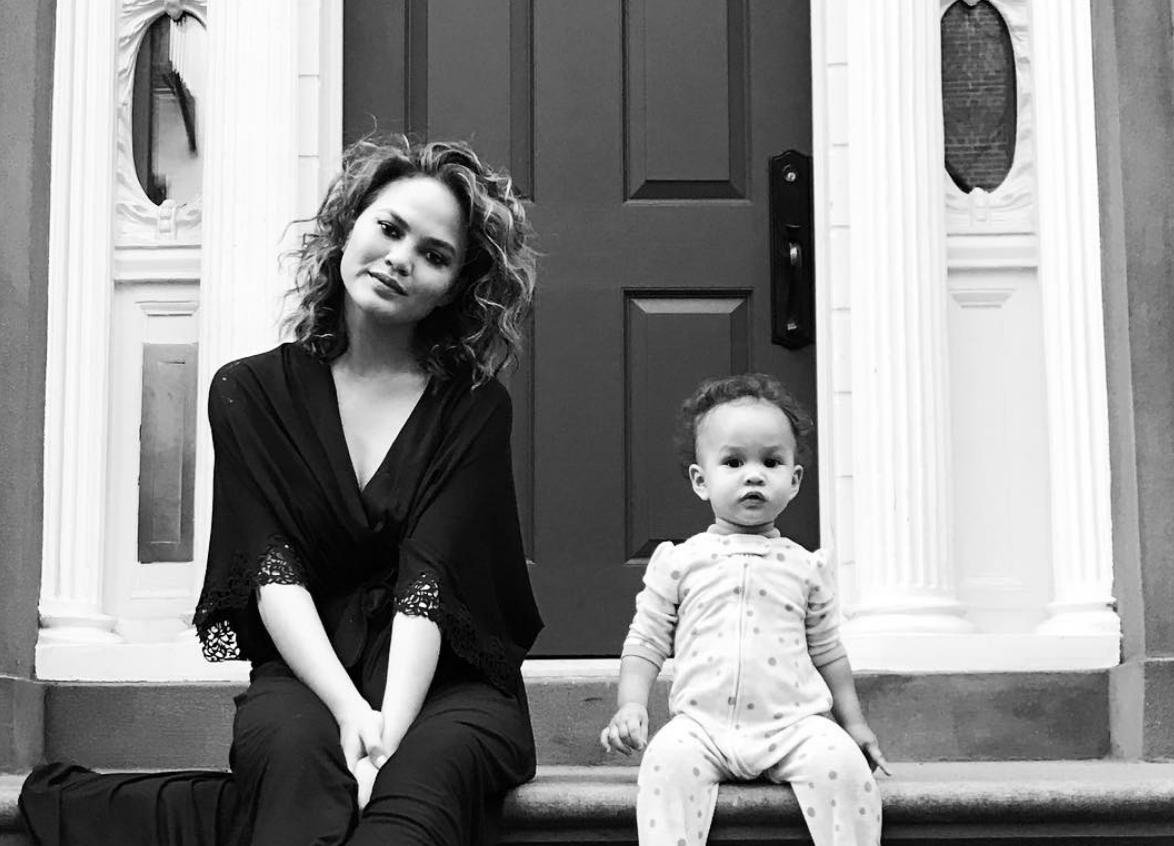 Chrissy Teigen sluit adoptie in de toekomst niet uit