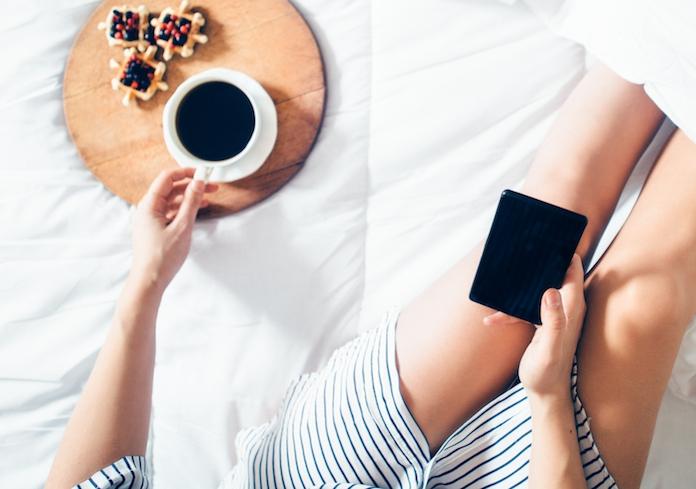 Waarom je 's ochtends niet direct je telefoon moet checken