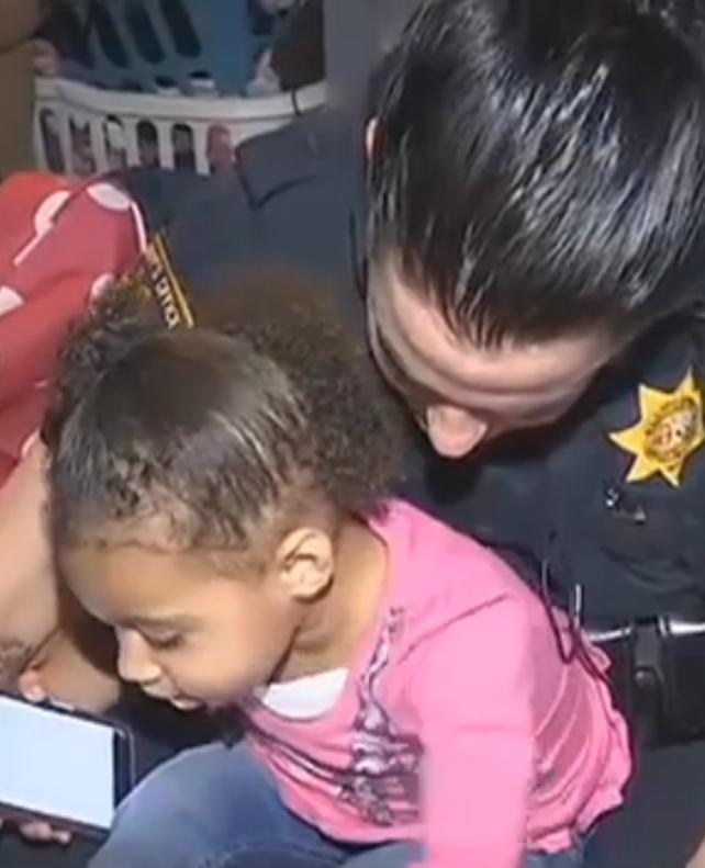 2-jarig meisje belt 911 omdat ze haar broek niet aankrijgt