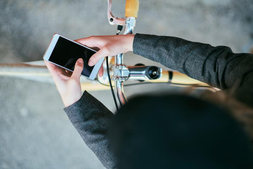 In het verkeer na het 'appverbod': zó kun je je telefoon wél gebruiken