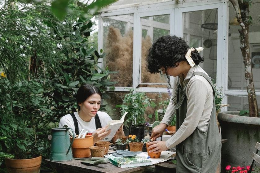 Hop, naar buiten: 4 redenen waarom tuinieren zo goed voor je is