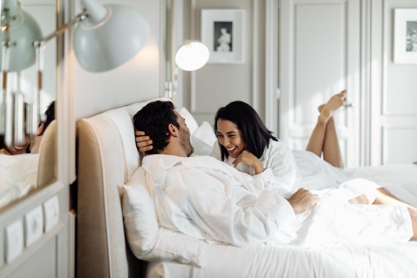 Bedgeheimen: 'Doordat ik nog wat onhandig ben in bed, hebben we al heel wat afgelachen tijdens de seks'