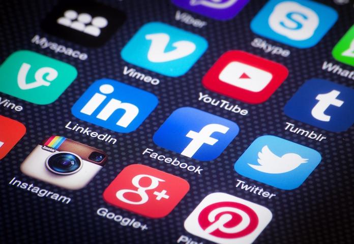 SHOCKING: zoveel jaar van je leven breng je door op sociale media