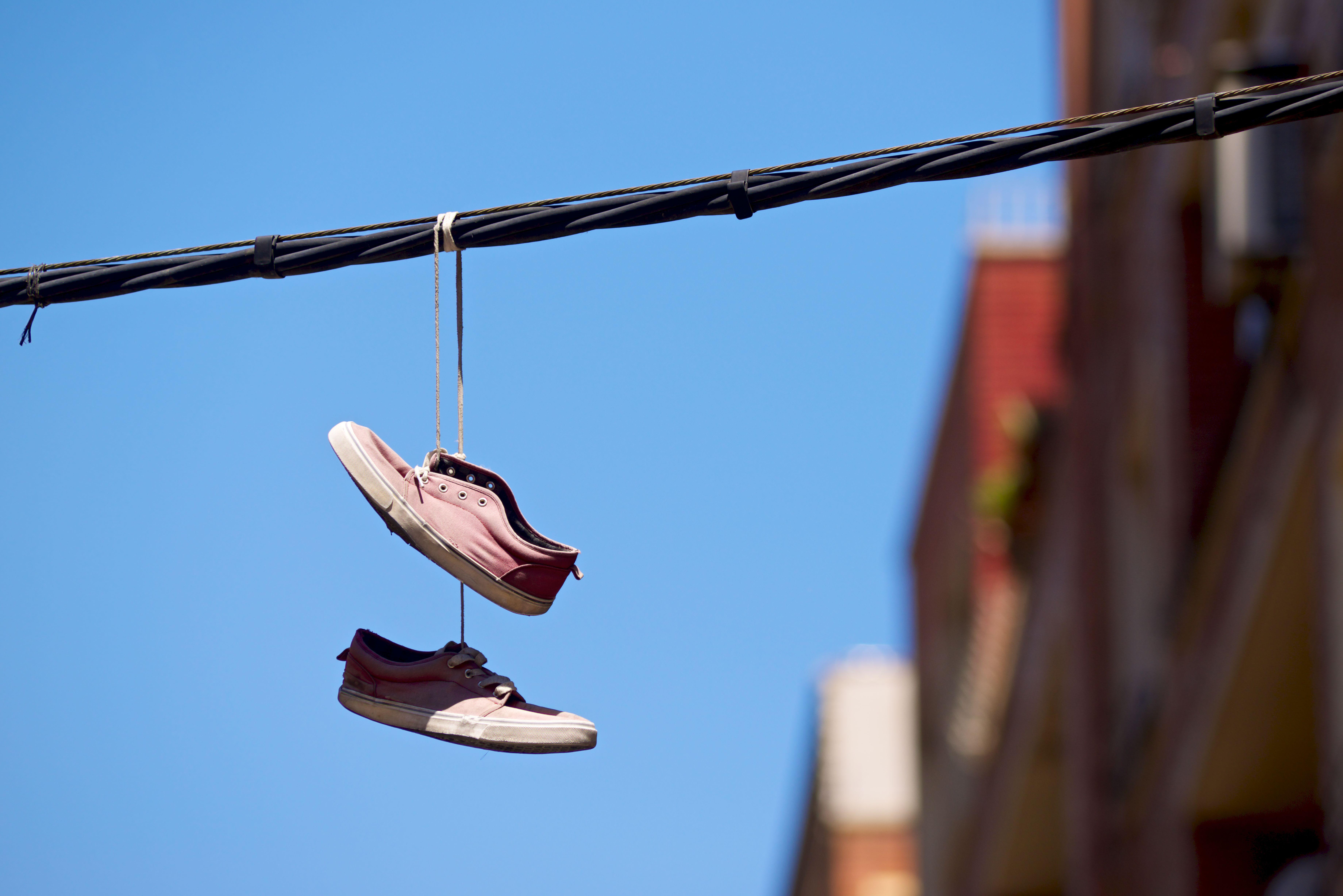 Daarom hangen er soms schoenen aan elektriciteitskabels