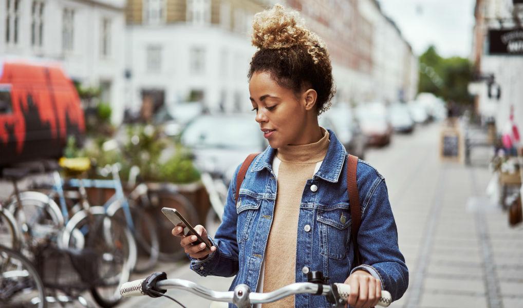 Verslaafd of niet: zoveel zitten we gemiddeld per jaar op onze telefoon