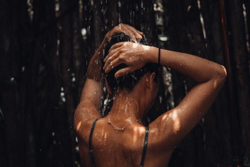Dit is waarom je in de zomermaanden sneller vet haar krijgt (en dít kun je ertegen doen)