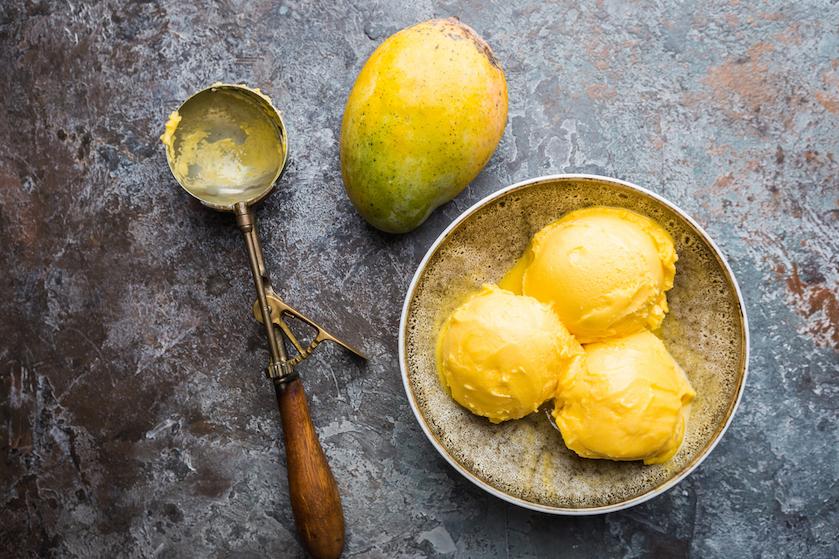 Het wordt bijna 30 graden: dít easy home made mango-kokosijs wordt het hoogtepunt van je dag