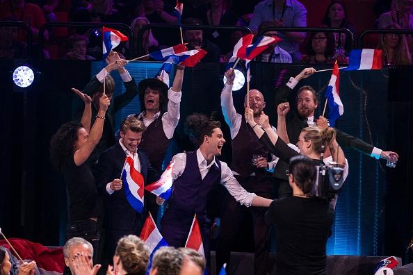 Video: Douwe Bob door naar finale songfestival!