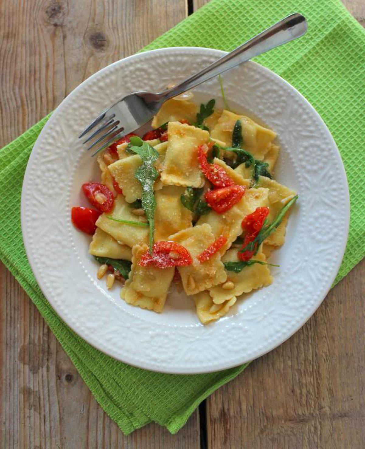Ravioli met rucola, tomaat, ui en knoflook