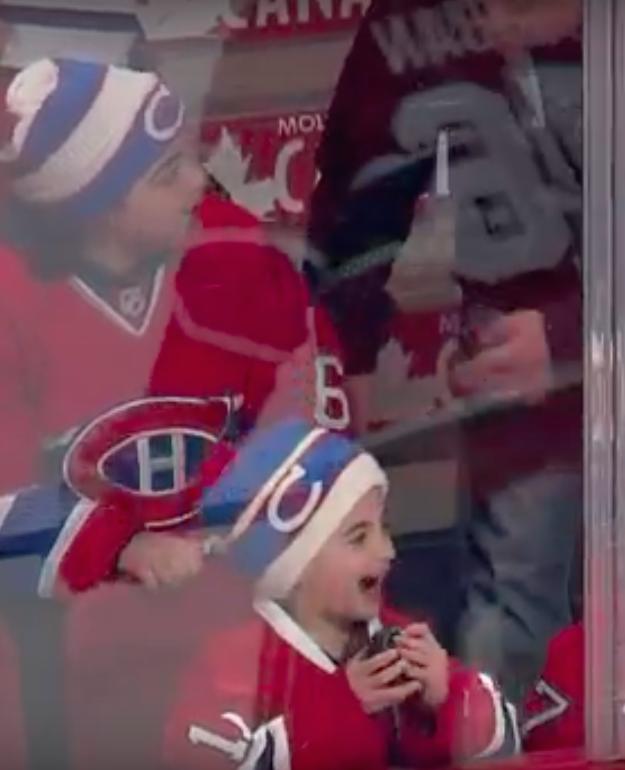 Jongen dolblij met ijshockey puck