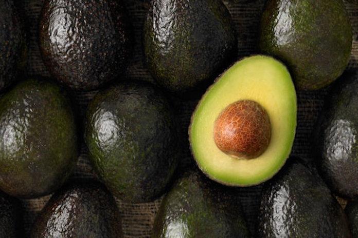 Opblaasflamingo, move over! Op dit avocadoluchtbed wil je ronddobberen deze zomer