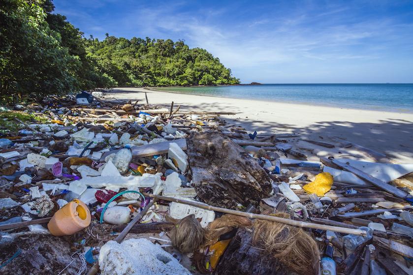 Pornhub maakt video op vervuild strand om geld op te halen voor beter milieu