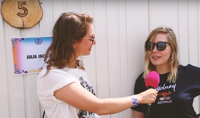 ZIEN: In gesprek met Julia Jacklin op festival Down The Rabbit Hole