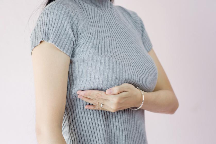 Vrouwen ontdekken borstkanker vaak zelf maar kennen niet alle symptomen: dít kunnen allemaal signalen zijn