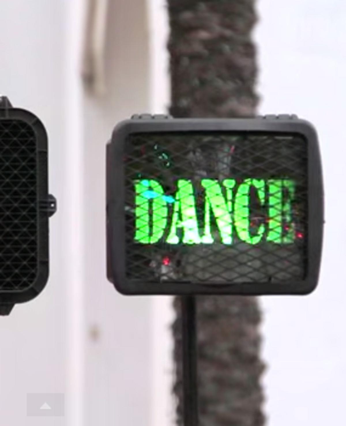 Dansend de straat over
