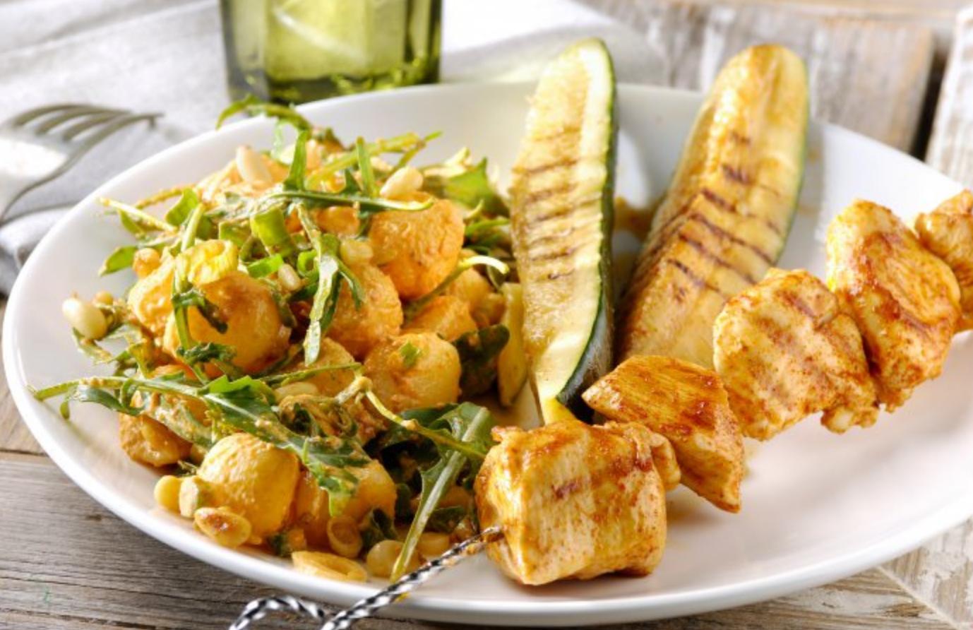 Recept: Barbecue kipspiesen met courgette en een pesto aardappelsalade