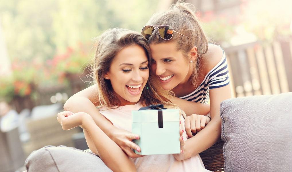 Tijd voor een cadeautje: geld uitgeven aan vriendinnen maakt je gelukkiger