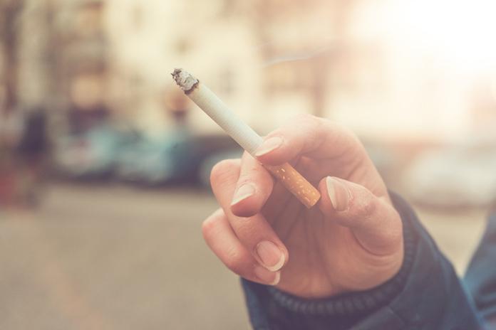 Opgebiecht: 'Ik ben een stiekeme roker'